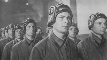В РККА для работы на боевых машинах надевались темно-синие молескиновые комбинезоны с накладными карманами и...