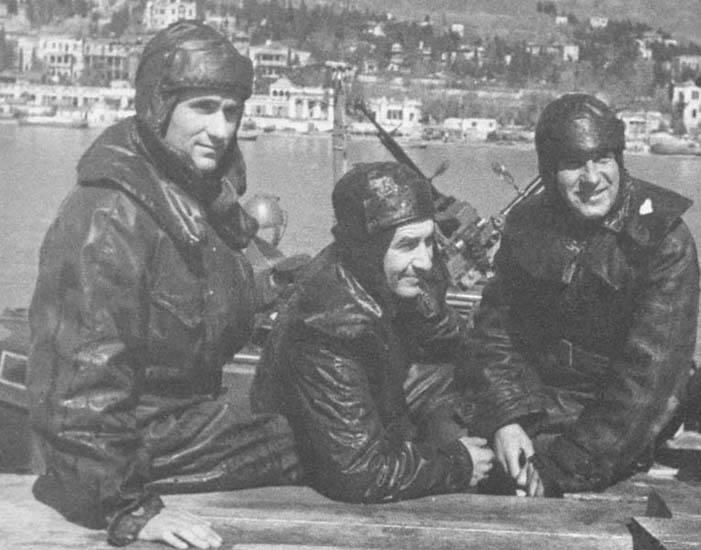 Красноармеец одет в стальной шлем СШ-40, парадный. обр. .  1943 года, синие бриджи, кожаное. снаряжение. погонами...